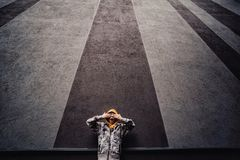 Preteen chłopiec na ulicie w dużym mieście obok wieżowa samotnie obrazy stock