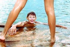 Preteen chłopiec pływa w jeziorze Zdjęcia Stock