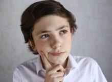 Preteen dzieciaka chłopiec myśl pomysł zdjęcie royalty free