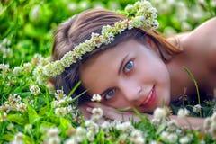 Preteen dziewczyna na zielonej koniczynie zdjęcie royalty free