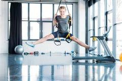 Preteen dziewczyny szkolenie z oporem skrzyknie w sprawności fizycznej klasie Zdjęcie Royalty Free