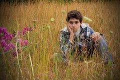 preteen för pojkelandsfält Arkivfoto