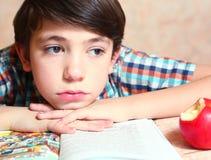 Preteen knappe jongen met open gelezen boek stock afbeelding