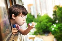 Preteen knappe jongen met zeepbels Royalty-vrije Stock Foto's