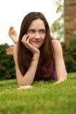 Preteen meisje vrij het glimlachen in gras stock foto's