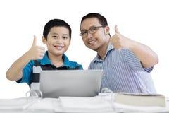 Preteen uczeń i jego nauczyciela przedstawienia aprobaty Zdjęcie Stock