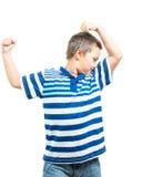 Preteenpojke som böjer hans muskler som visar styrka Royaltyfri Bild