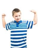 Preteenpojke som böjer hans muskler som visar styrka Royaltyfri Fotografi