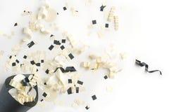 Preto, branco, Champagne, e panela de fazer pipoca de prata dos confetes Fotografia de Stock