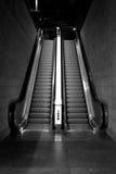 Preto & branco da escada rolante imagens de stock