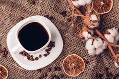 Preto do café em uma ideia da serapilheira-parte superior de um estilo rústico algodão seco foto de stock royalty free