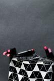 Preto e branco compõe o saco com o grupo de batons Forma colorida Beleza profissional da composição Vista superior Copie o espaço Imagem de Stock