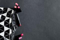 Preto e branco compõe o saco com o grupo de batons Forma colorida Beleza profissional da composição Vista superior Copie o espaço Fotos de Stock Royalty Free