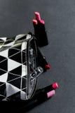 Preto e branco compõe o saco com o grupo de batons Forma colorida Composição e beleza profissionais Vista superior Copie o espaço Imagem de Stock Royalty Free