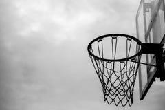 Preto e branco da aro de basquetebol velha fotos de stock royalty free