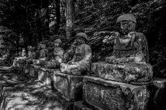 Preto e branco de estátuas das Budas das estátuas de Jizo em Kanmangafuchi imagem de stock