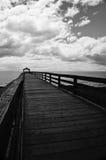 Cais de madeira preto e branco do oceano Fotos de Stock Royalty Free