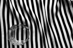 Preto e branco de um vidro de antiquado em um fundo geométrico das linhas Imagem de Stock