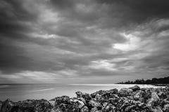 Preto e branco edite Nuvens tormentosos dramáticas do furacão ao longo do litoral da ilha das Caraíbas imagens de stock