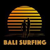 Preto e logotipo das listras do ouro com silhueta do surfista Fotos de Stock