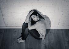 Preto e retrato do whit do sofrimento da jovem mulher da depressão que sente impossível e só imagem de stock