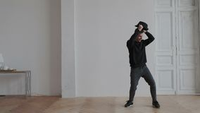 Preto vestindo do indivíduo agradável emocional impressionante entusiasmado, coreografia autêntica de dança com chapéu Põe o chap vídeos de arquivo