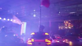 Pretpark dodgem auto's stock footage
