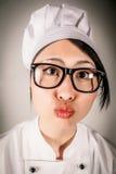 Pretportret die van chef-kok een het kussen gebaar maken stock afbeelding