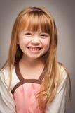 Pretportret van een Aanbiddelijk Rood Haired Meisje op Grijs stock afbeeldingen