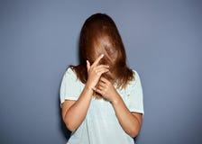 Pretportret van een vrouw die achter haar haar verbergen stock foto's