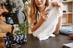 Prettig aan de aanraking Manier die blogger over kleren herzien terwijl het registreren van nieuwe inhoud voor vlog met camera royalty-vrije stock foto
