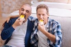 Prettig niet-traditioneel paar die cake samen eten stock fotografie
