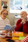 Prettige aardige oude vrouw die mooie gedichten lezen royalty-vrije stock foto's
