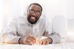 Prettige Afrikaanse Amerikaan die ontwerpen maken Stock Afbeeldingen