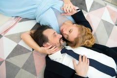 Prettige echtgenoten die elkaar bekijken terwijl het uitdrukken van liefdegevoel royalty-vrije stock fotografie