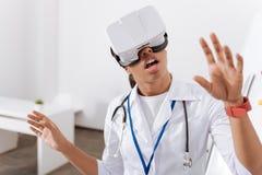 Prettige jonge arts die in 3d werkelijkheid zijn Royalty-vrije Stock Foto's
