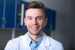 Prettige knappe en wetenschapper die bevinden zich glimlachen royalty-vrije stock foto