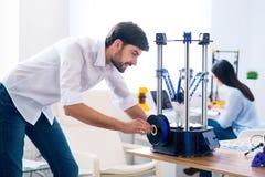 Prettige mens die 3d printer met behulp van Stock Fotografie