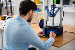 Prettige mens die 3d printer met behulp van Stock Foto's