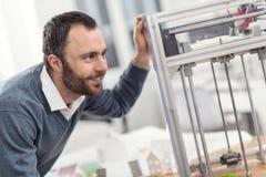 Prettige mens die prestaties van 3D printer controleren Royalty-vrije Stock Fotografie
