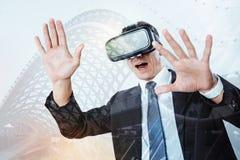 Prettige opgewekte mens die nieuwe technologieën testen Stock Foto's