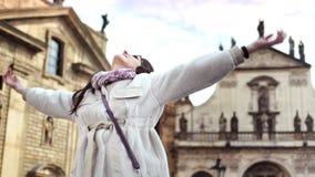 Prettige reisvrouw van vakantie genieten die en het toenemen handen glimlachen die die door middeleeuws paleis worden omringd stock footage