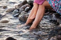 Prettige sensatie van zeewater op uw voeten Royalty-vrije Stock Foto's