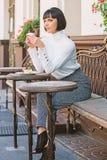 Prettige tijd en ontspanning Heerlijke en gastronomische snack Het meisje ontspant koffie met koffie en dessert aantrekkelijke vr royalty-vrije stock fotografie