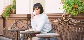 Prettige tijd en ontspanning Heerlijke en gastronomische snack Het meisje ontspant koffie met koffie en dessert Dessertconcept royalty-vrije stock afbeeldingen