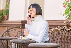 Prettige tijd en vrije tijd Vraagvriend Ontspan en koffiepauze Meisjes modieuze dame met smartphone Vrije tijdsconcept royalty-vrije stock afbeelding