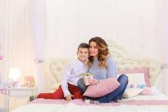 Prettige vertoning van aandacht van kleine zoon voor mamma in vorm van Stock Fotografie