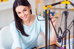 Prettige vrouw die 3d printer met behulp van Stock Foto's