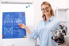 Prettige wetenschapper die aan het technologie-project in het laboratorium werken stock fotografie