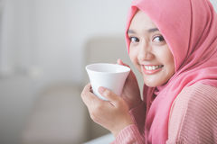 Pretty asian woman wearing hijab enjoying coffee Royalty Free Stock Photos